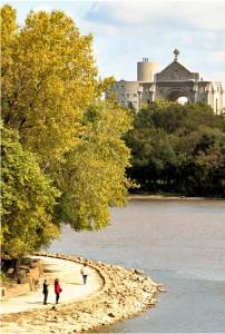 Vue de la cathédrale Saint-Boniface depuis la promenade de la rivière Assiniboine à Winnipeg