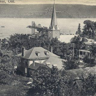 Village de L'Orignal, vers 1910, dont la paroisse fut établie en 1836 comme première paroisse dans le comté de Prescott